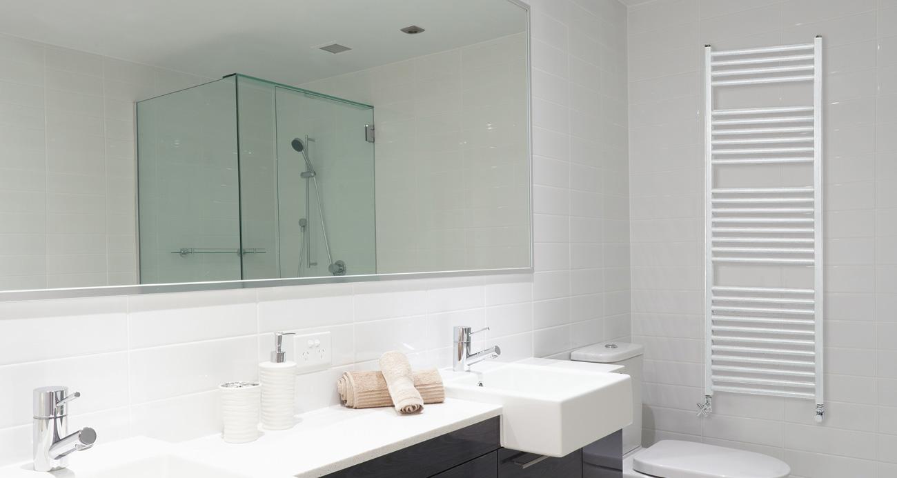 moderno baño con un radiador toallero color blanco marca Cool Aleternum